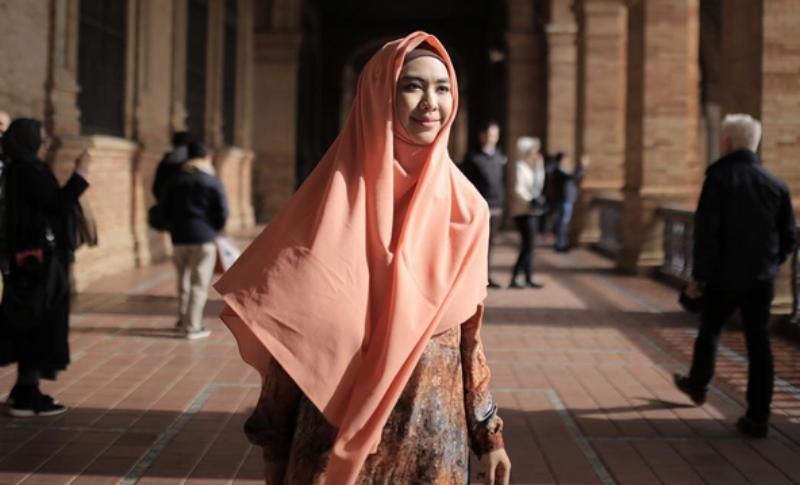 https: img.okeinfo.net content 2017 06 15 194 1717390 trik-berbusana-muslim-syar-i-untuk-wanita-yang-baru-pakai-hijab-AgRYNapL3o.jpg