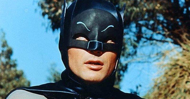 https img.okeinfo.net content 2017 06 16 206 1718072 tribute untuk adam west ada logo batman di balai kota los angeles GftFMhUdDb.jpeg