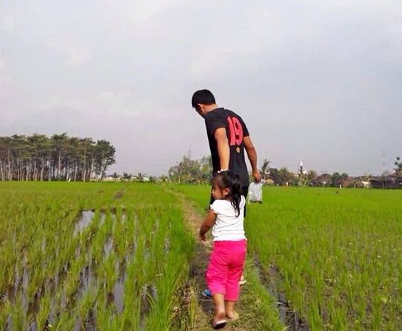 https: img.okeinfo.net content 2017 06 16 49 1717541 meski-sibuk-bustomi-sempatkan-waktu-ngabuburit-bersama-putrinya-2lbQJUR48g.jpg