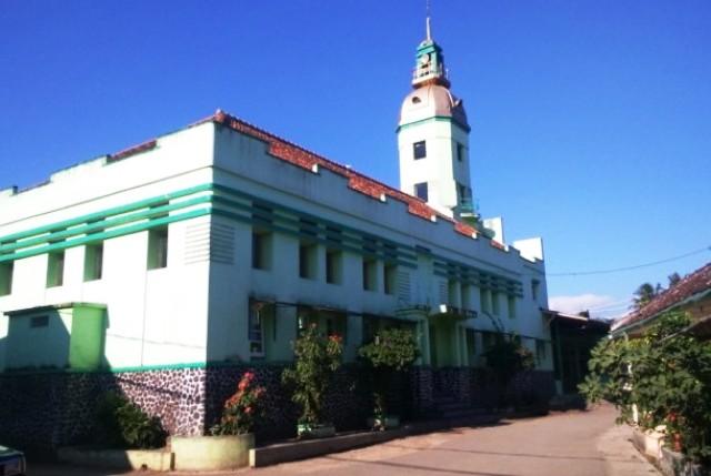 https: img.okeinfo.net content 2017 06 19 525 1720141 top-files-menikmati-keindahan-masjid-bergaya-art-deco-eropa-di-garut-cNbdz8bgFw.jpg