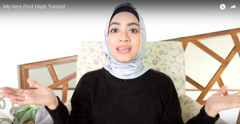 https: img.okeinfo.net content 2017 06 20 194 1720606 gaya-hijab-simpel-ala-ayudia-bing-slamet-yang-bisa-anda-coba-857sUnp0fv.jpg