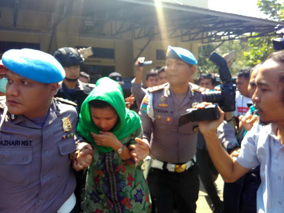 https: img.okeinfo.net content 2017 06 20 340 1720740 ditangkap-kpk-istri-gubernur-bengkulu-menangis-UANChvk2UB.jpg