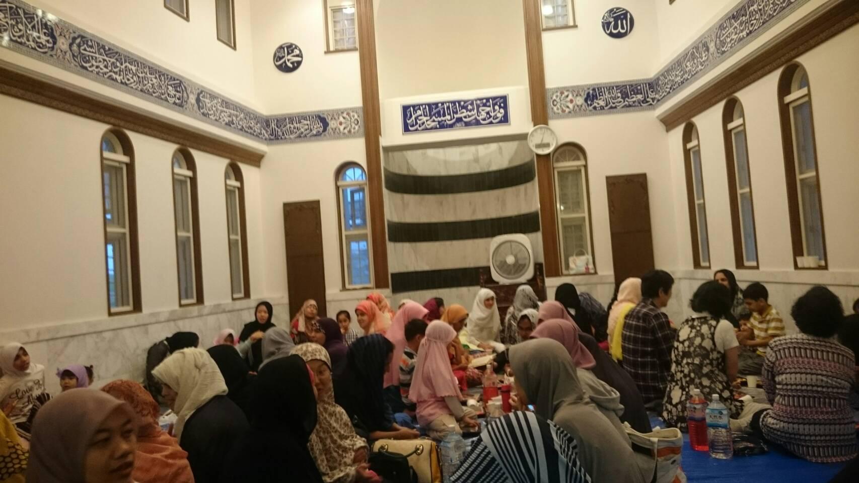 https: img.okeinfo.net content 2017 06 21 18 1721978 komunitas-muslim-di-jepang-bernostalgia-kuliner-negara-asal-saat-buka-puasa-bareng-PWGXJaVFZh.jpg
