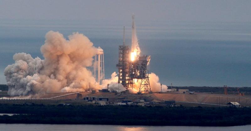 https: img.okeinfo.net content 2017 06 24 56 1724178 roket-14-lantai-milik-spacex-berhasil-diluncurkan-KQD2gQbAlv.jpg