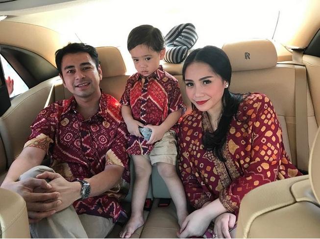 https: img.okeinfo.net content 2017 06 25 33 1724484 foto-lebaran-raffi-ahmad-dan-keluarga-kompak-pakai-batik-WDKxmvDox6.jpg