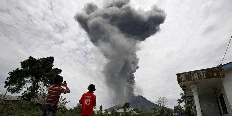 https: img.okeinfo.net content 2017 07 09 337 1732197 top-news-10-sinabung-keluarkan-lava-pijar-dan-abu-vulkanik-setinggi-3-km-wNtEw3dTyi.jpg