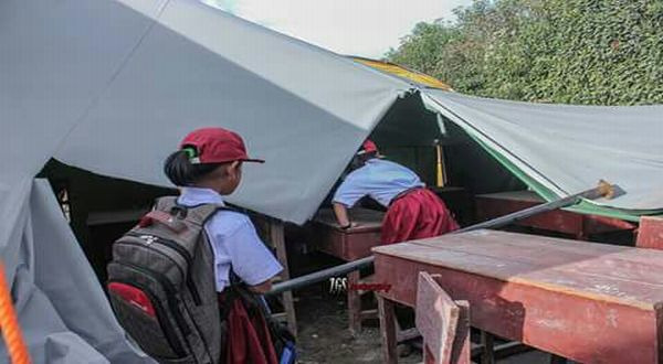 https: img.okeinfo.net content 2017 07 17 337 1738475 top-news-10-miris-perdana-masuk-sekolah-anak-anak-sinabung-belajar-beratapkan-langit-BuOiZDsWuU.jpg