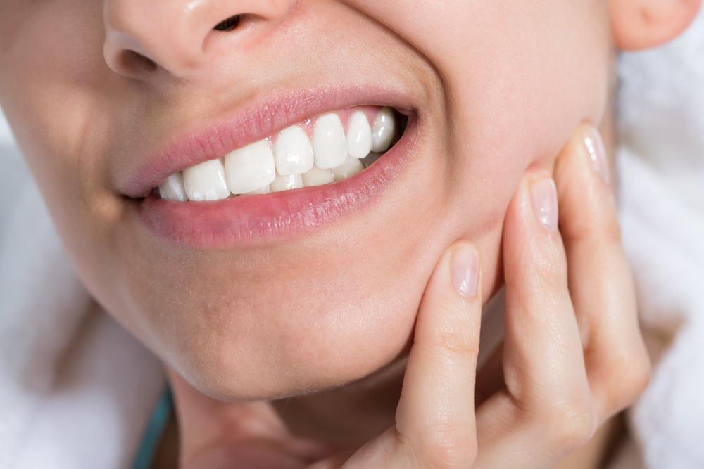 Trik Cepat Mengatasi Gigi Ngilu Mulai Kumur Air Garam Hingga Kunyah