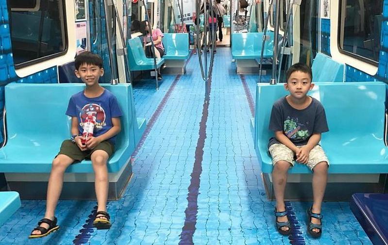https: img.okeinfo.net content 2017 07 21 337 1741447 hot-thread-1-uniknya-mrt-di-taiwan-setiap-gerbong-kereta-punya-tema-berbeda-4eaTHp25mf.jpg