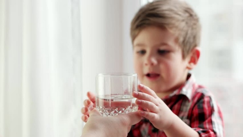 https: img.okeinfo.net content 2017 07 24 481 1742957 biasakan-minum-air-putih-sejak-kecil-turunkan-risiko-diabetes-saat-dewasa-sGJEihQoi4.jpg