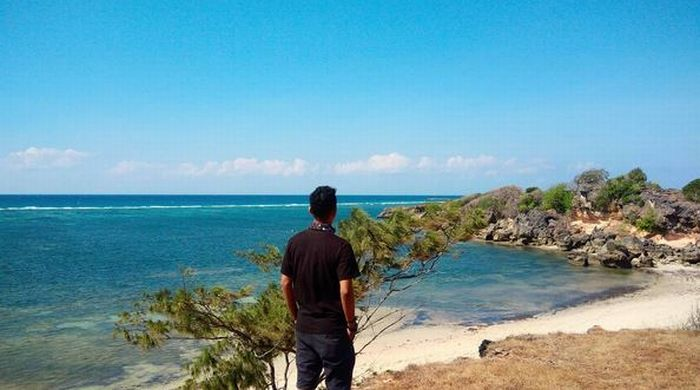 https: img.okeinfo.net content 2017 07 26 406 1744422 uncover-indonesia-pulau-sabu-di-ntt-punya-pantai-raemea-yang-dikelilingi-tebing-jkUHpsWhmv.JPG