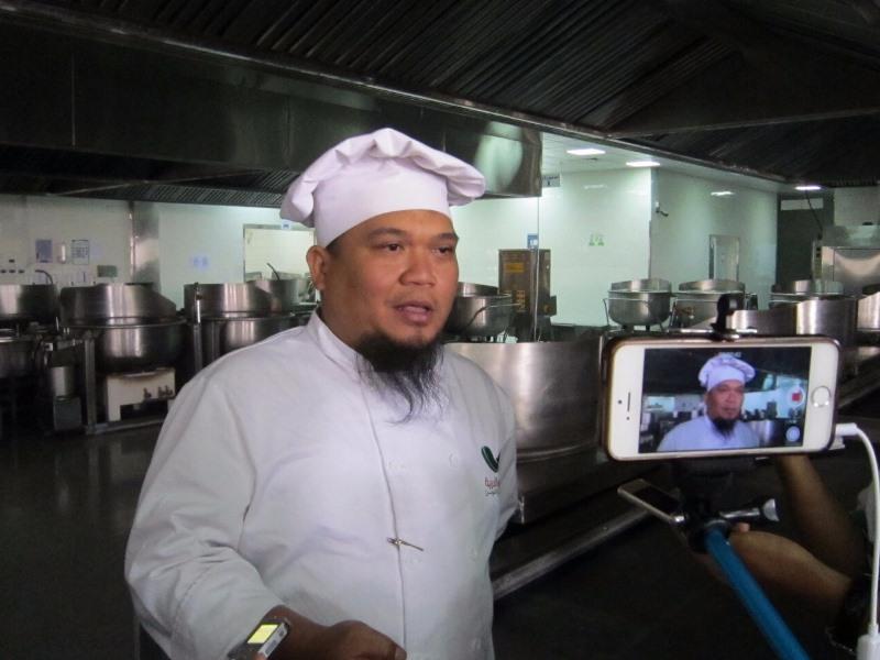 https: img.okeinfo.net content 2017 08 01 398 1747446 ternyata-chef-katering-di-arab-saudi-ini-jebolan-stp-bandung-ZFVXzYX7dP.jpg