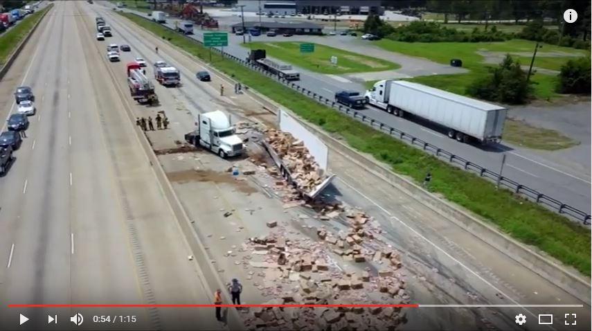 https: img.okeinfo.net content 2017 08 11 18 1753990 waduh-truk-trailer-tabrak-jembatan-ribuan-pizza-banjiri-jalan-tol-arkasans-ljZ5jkxlC6.JPG