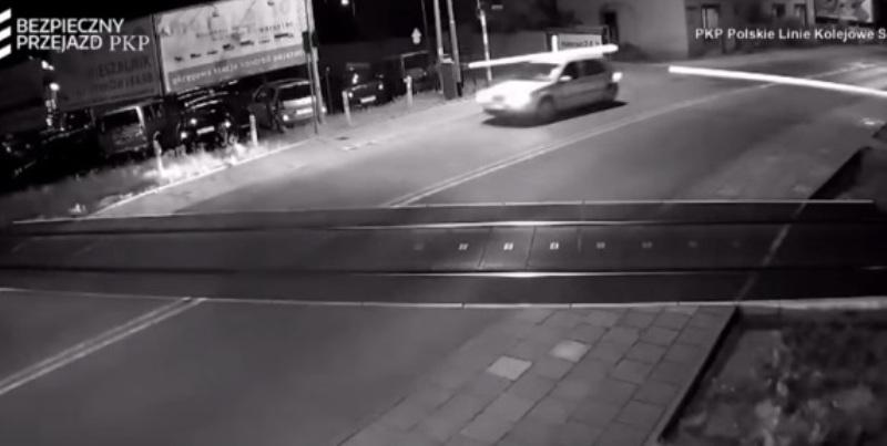 https: img.okeinfo.net content 2017 08 12 18 1754692 video-gila-terobos-palang-perlintasan-mobil-ini-hampir-dihantam-kereta-w5YQ20hSW8.jpg