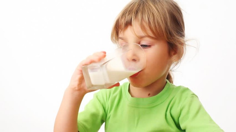 https: img.okeinfo.net content 2017 08 14 481 1755970 idealnya-anak-perlu-minum-berapa-gelas-susu-dalam-sehari-tLtALA74vl.jpg