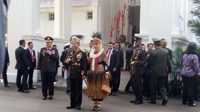 https: img.okeinfo.net content 2017 08 17 194 1757644 hari-merdeka-cantiknya-istri-kapolri-dibalut-baju-adat-ewer-papua-di-istana-aSVy18IkDy.jpg