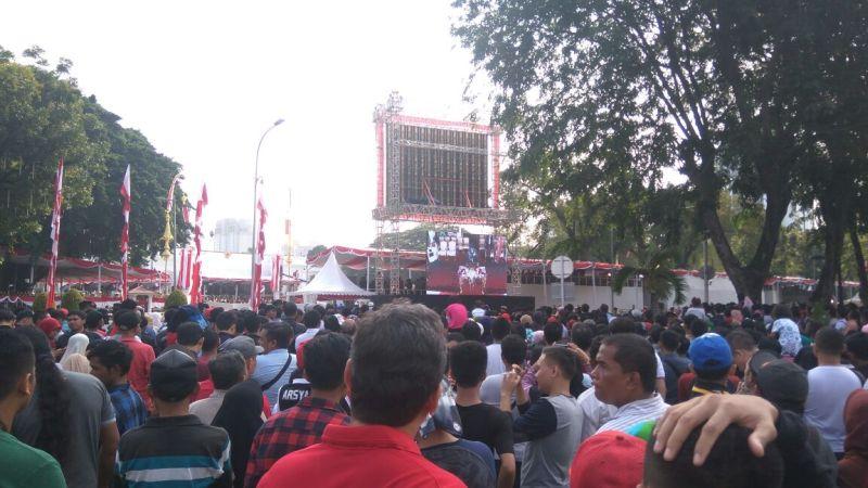 https: img.okeinfo.net content 2017 08 17 337 1757598 hari-merdeka-dari-luar-istana-ribuan-rakyat-indonesia-saksikan-upacara-pengibaran-bendera-pusaka-FmxDWwubip.jpg