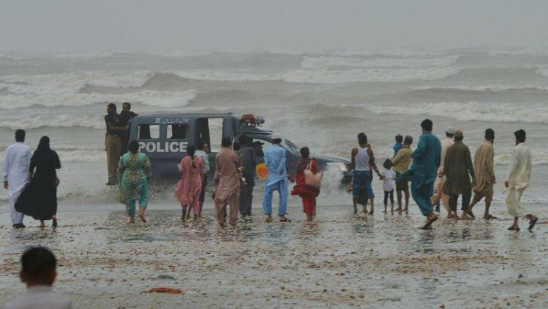 https: img.okeinfo.net content 2017 08 28 18 1764227 dihantam-badai-8-orang-termasuk-warga-arab-saudi-tewas-tenggelam-di-pantai-pakistan-u5R8TfO192.jpg