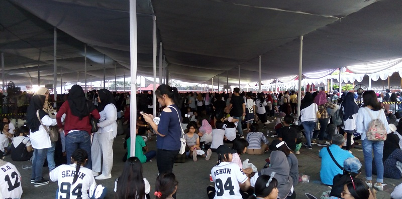 https: img.okeinfo.net content 2017 09 02 205 1768151 demi-music-bank-in-jakarta-2017-fans-rela-antre-sejak-pagi-zwsoRBi8UW.jpg