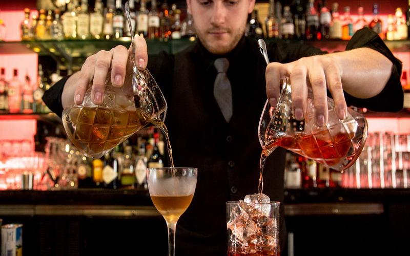 https: img.okeinfo.net content 2017 09 04 298 1768995 bartender-bocorkan-hal-menyebalkan-sering-dilakukan-pelanggan-Xrg2XFdISK.jpg