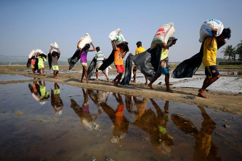 https: img.okeinfo.net content 2017 09 14 18 1775561 ya-ampun-pengungsi-rohingya-terperangkap-ranjau-di-lahan-tak-bertuan-U1zR89kQKg.jpg