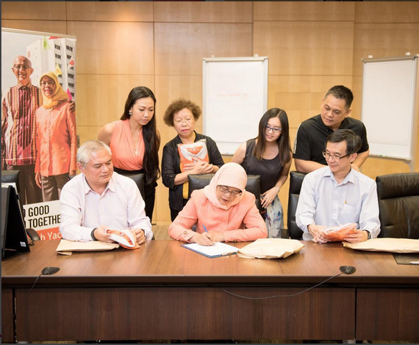 https: img.okeinfo.net content 2017 09 14 194 1775579 halimah-yacob-presiden-singapura-yang-doyan-banget-berbusana-orange-ini-buktinya-EgtvWB0rvA.jpg