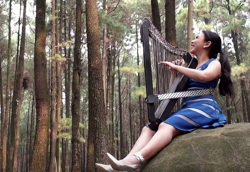 https: img.okeinfo.net content 2017 09 15 205 1777009 cover-lagu-despacito-maria-pratiwi-buktikan-harpa-tak-hanya-untuk-musik-klasik-j2j54HXboH.jpg