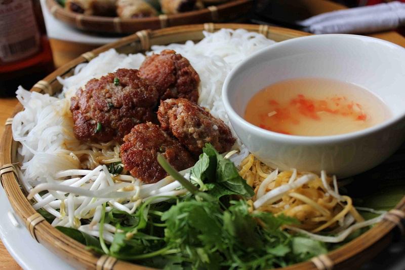 https: img.okeinfo.net content 2017 09 18 298 1778072 walk-wok-bun-cha-makanan-khas-vietnam-yang-jadi-favorit-obama-XyGW0uPyYb.jpg