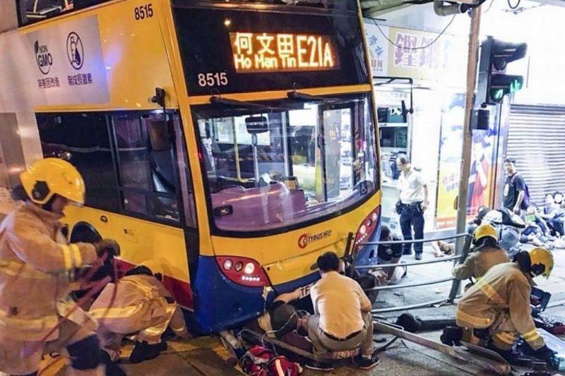 https: img.okeinfo.net content 2017 09 23 18 1781460 waduh-bus-tingkat-tabrak-trotoar-di-hong-kong-3-tewas-dan-20-orang-terluka-cLpQHsECOx.jpg