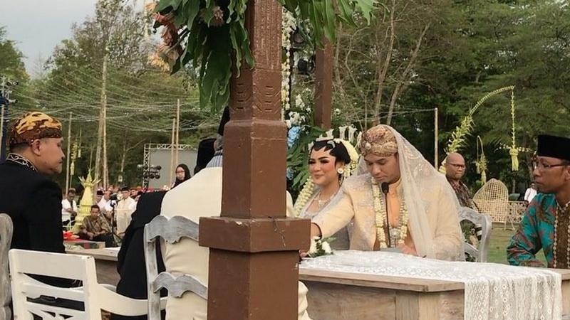 https: img.okeinfo.net content 2017 09 24 33 1781844 penuh-makna-ini-arti-mas-kawin-rp2-392-017-di-pernikahan-vicky-shu-dan-ade-imam-Qt9ncOg4RX.jpg