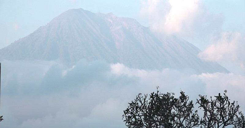 https: img.okeinfo.net content 2017 09 25 207 1782598 letusan-gunung-agung-berdampak-di-surabaya-ini-kata-bmkg-24HgVg9cGp.jpg