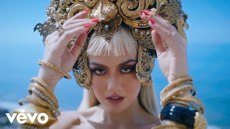 https: img.okeinfo.net content 2017 09 29 205 1785267 kenakan-busana-batik-lewat-video-klip-long-as-i-get-paid-agnez-mo-junjung-tinggi-budaya-indonesia-jaxKgG1syF.jpg