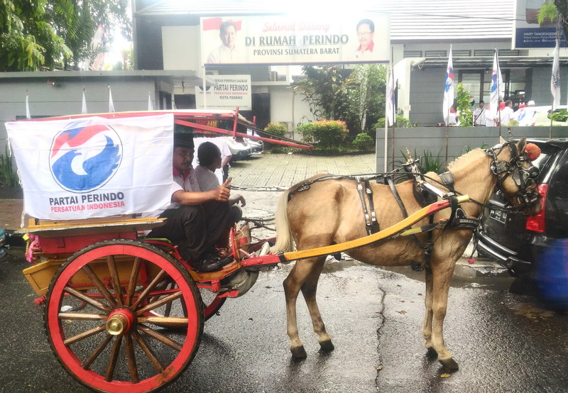 https: img.okeinfo.net content 2017 10 09 340 1791638 naik-transportasi-tradisional-minangkabau-bendi-pengurus-perindo-padang-mendaftar-ke-kpu-18O08UMYn9.jpg