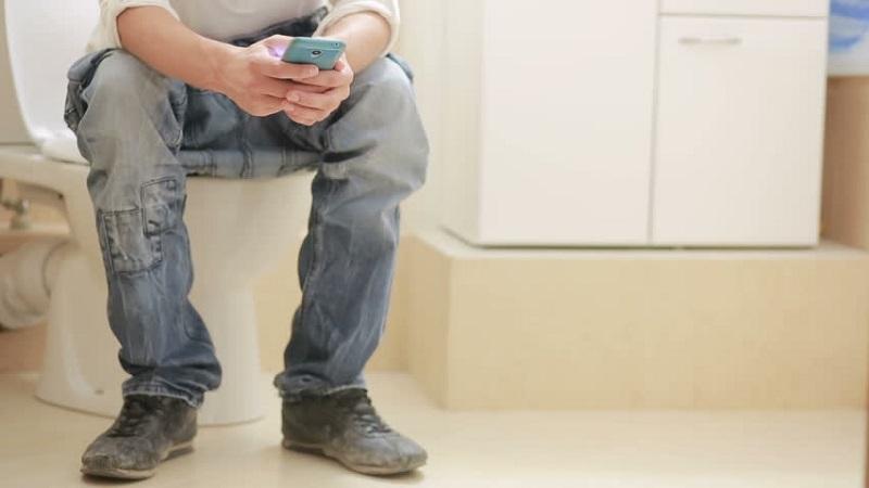https: img.okeinfo.net content 2017 10 10 481 1792778 bahaya-infeksi-saluran-kemih-dan-penyakit-usus-mengintai-jika-sering-main-ponsel-di-toilet-ooQv9JBfqF.jpg
