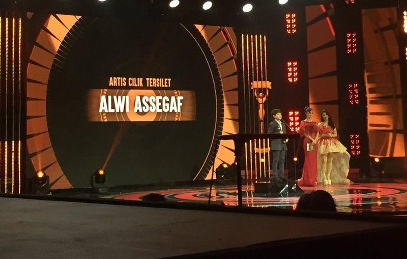 https: img.okeinfo.net content 2017 10 16 33 1796691 silet-awards-2017-menang-artis-cilik-ter-silet-alwi-assegaf-persembahkan-piala-kepada-allah-swt-IrNtCWvam1.jpg