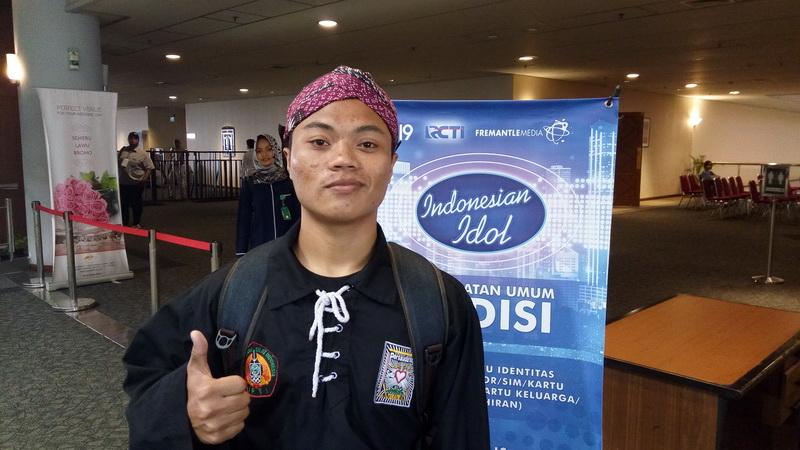 https: img.okeinfo.net content 2017 10 16 598 1796349 unik-banget-peserta-indonesian-idol-2017-ini-bawakan-bengawan-solo-lengkap-dengan-seragam-silat-blangkon-EuxSpqBdWm.jpg