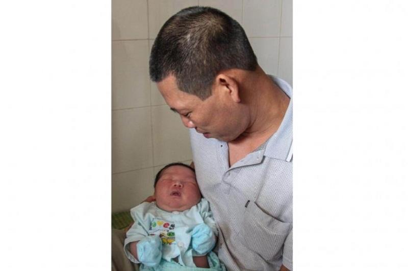 https: img.okeinfo.net content 2017 10 17 18 1796786 mantap-terlahir-raksasa-bayi-ini-dinobatkan-jadi-yang-terberat-di-vietnam-LY8Ma8NXqw.jpg