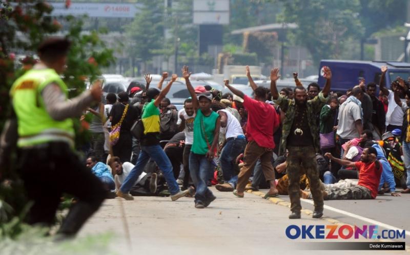 https: img.okeinfo.net content 2017 10 20 512 1799219 geger-ngamuk-di-warung-mahasiswa-asal-papua-terpaksa-diringkus-warga-MKOaTX7R7n.jpg