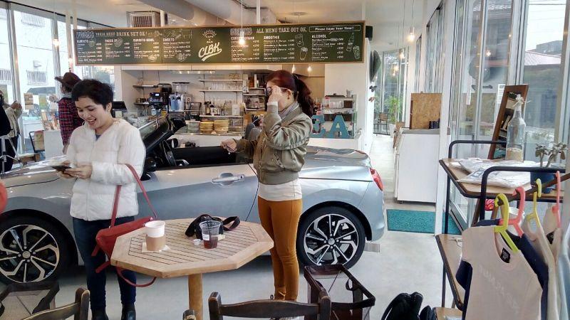 https: img.okeinfo.net content 2017 10 26 15 1802851 mengintip-cafe-clbk-tempat-nongkrong-penggemar-automotif-di-jepang-B8gjfeIk30.jpg