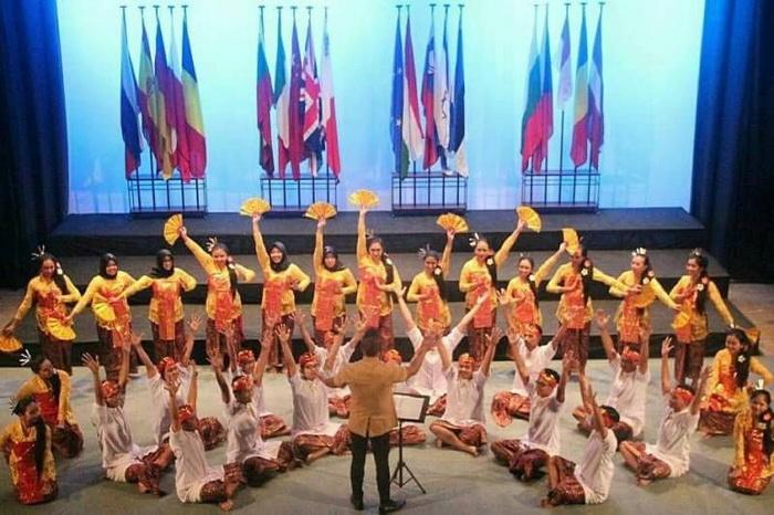 https: img.okeinfo.net content 2017 11 07 65 1810064 tepuk-tangan-paduan-suara-mahasiswa-ugm-borong-penghargaan-di-malta-YF4wvXYudC.jpg
