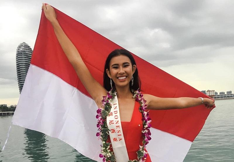 https: img.okeinfo.net content 2017 11 08 194 1810673 pose-achintya-nilsen-sambil-bentangkan-bendera-indonesia-di-kegiatan-karantina-miss-world-2017-sdC5NDV902.jpg