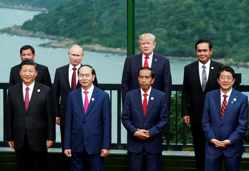 https: img.okeinfo.net content 2017 11 11 18 1812412 berkat-ktt-apec-presiden-filipina-bisa-bertemu-idolanya-xioLnkj52K.JPG