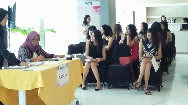 https: img.okeinfo.net content 2017 11 11 194 1812383 puluhan-wanita-cantik-ikuti-audisi-hari-pertama-miss-indonesia-2018-22jcqfgw4g.jpg