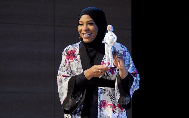 https: img.okeinfo.net content 2017 11 14 194 1813897 apresiasi-wanita-muslim-di-tim-olimpiade-as-barbie-luncurkan-boneka-berhijab-mirip-ibtihaj-muhammad-KxiynQG91N.jpg
