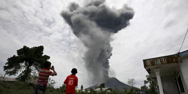 https: img.okeinfo.net content 2017 11 14 340 1814037 hari-ini-gunung-sinabung-dua-kali-erupsi-tinggi-kolom-letusan-capai-1-5-km-vPXJFAOOfJ.jpg