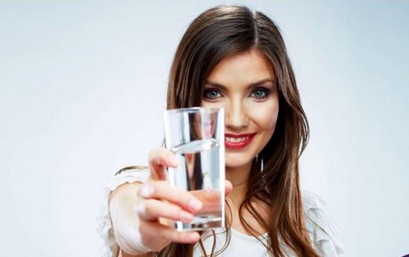 https: img.okeinfo.net content 2017 11 14 481 1814140 ladies-ini-4-manfaat-memulai-hari-dengan-minum-air-putih-hangat-bisa-redakan-nyeri-menstruasi-lho-tfTFMscrAT.jpg