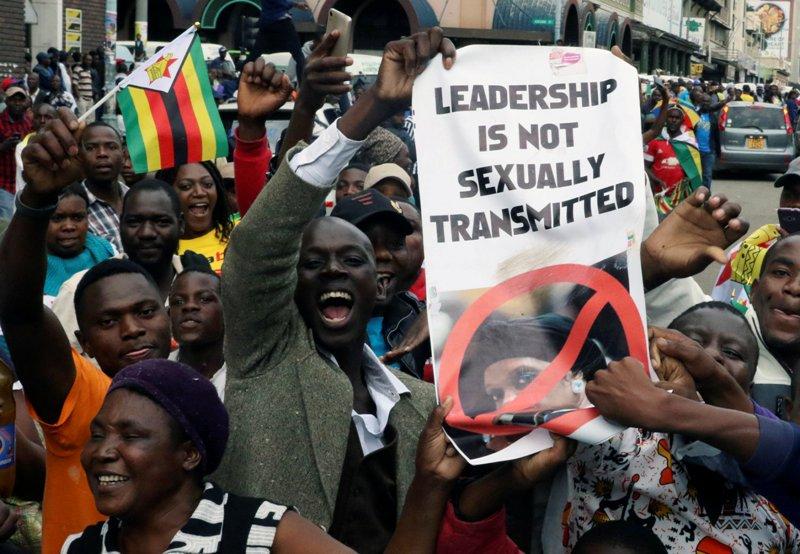 https: img.okeinfo.net content 2017 11 20 18 1817306 mahasiswa-teriakkan-yel-yel-anti-mugabe-ujian-di-universitas-zimbabwe-ditunda-Oj6qusuigz.JPG