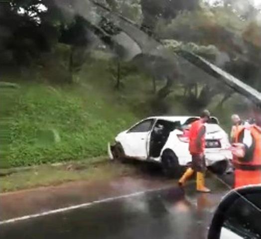 https: img.okeinfo.net content 2017 11 27 338 1821175 sedan-putih-ringsek-setelah-alami-kecelakaan-tunggal-di-tol-bsd-68iKmvqXBf.jpg