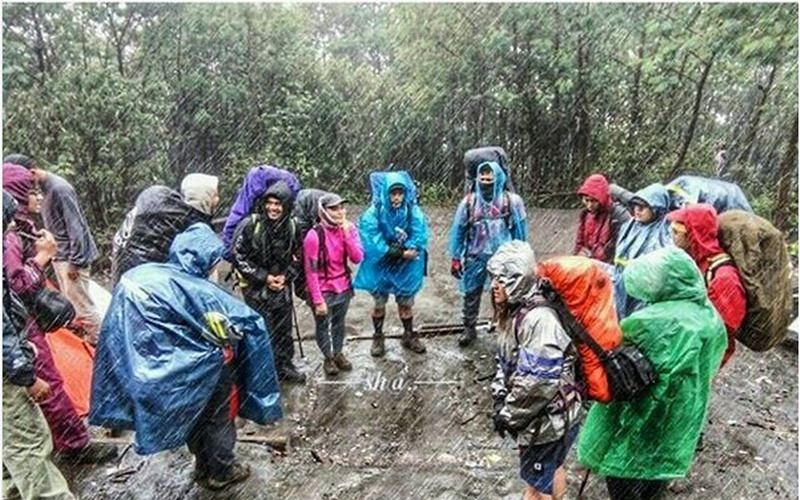 https: img.okeinfo.net content 2017 11 28 406 1821972 pendaki-ditanya-naik-gunung-musim-hujan-netizen-lebih-baik-ditunda-jyTTBEiENd.jpg
