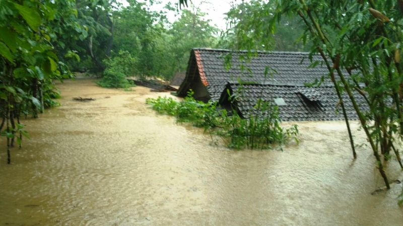 https: img.okeinfo.net content 2017 11 28 519 1822115 banjir-dan-tanah-longsor-di-pacitan-11-orang-meninggal-dunia-zNOugdSgEq.jpg